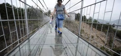Tourists terrified as glass bridge in China cracks