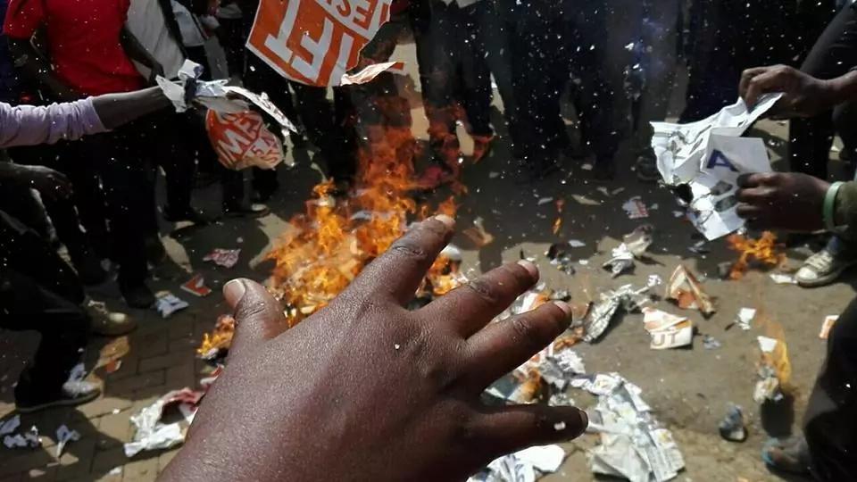 Vijana wa Baringo wamwimbia Raila wimbo wa Jubilee na kumfanya atoroke