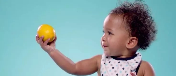 Bebés comen limones por primera vez porque es sábado