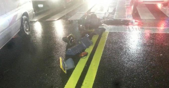 Le cayó un semáforo encima pero logró quedar con vida