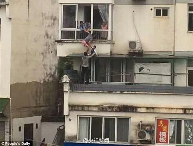 Este hombre rescató a pequeña colgando en un edificio