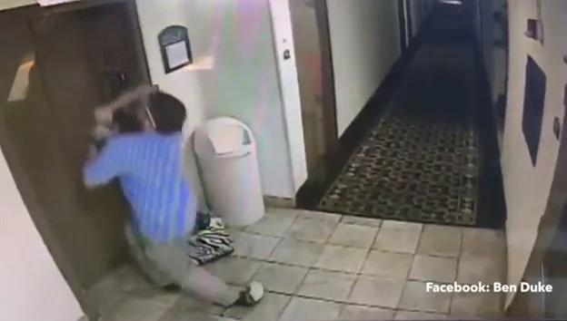 Salvó a perro de ser estrangulado por un ascensor