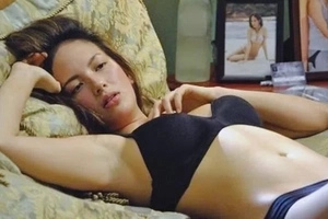 OMG! Ellen Adarna covers her privates with emojis in sexy photo