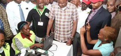 Gavana aaibisha Uhuru katika mkutano wa hadhara