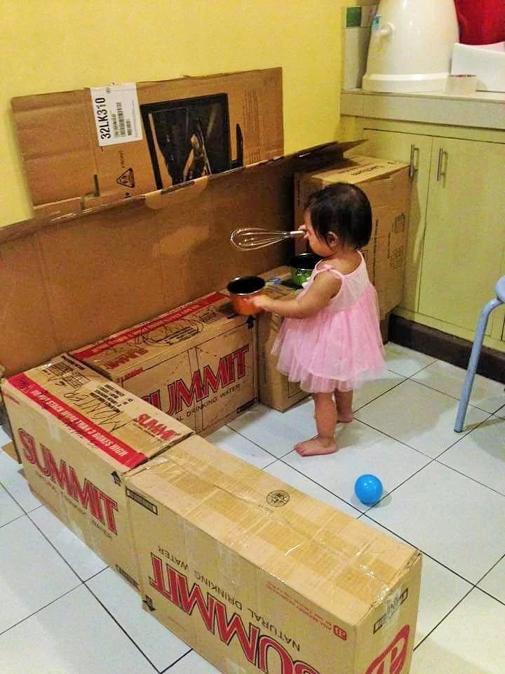 Smart Filipina creates amazing DIY-kitchen for her daughter!