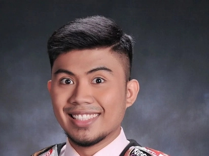 FEU graduate's graduation photo goes viral because of this understandable reason