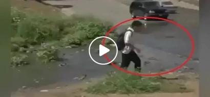 Student escapes from muddy splash from car but what happened next was extremely hilarious