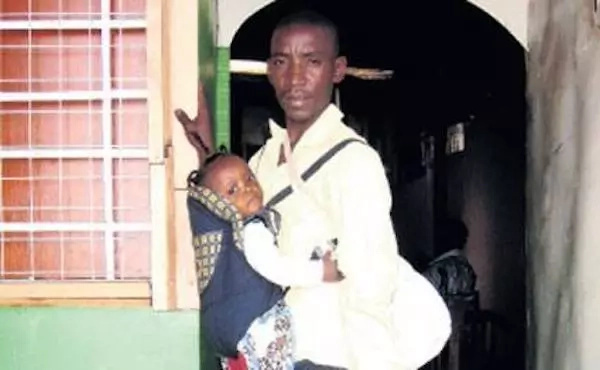 These men who proudly carry their babies on their backs (photos)