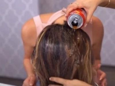 Tomó una lata de Coca Cola y la echó sobre su pelo. ¡Tuvo una razón brillante para hacerlo!