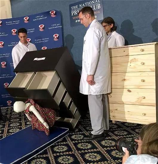 Retiran del mercado muebles que causan muerte a niños