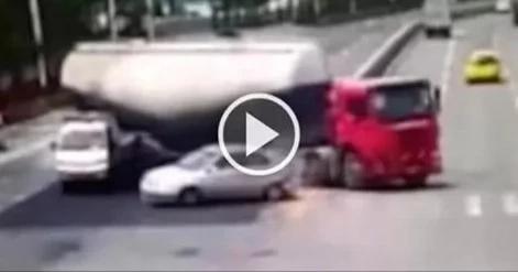 Camión cisterna se tumba sobre un auto y lo aplasta completamente (Video)