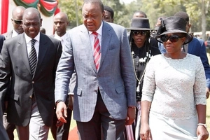 Kenyans ANGRY at Uhuruto for posing for picture with this humble family
