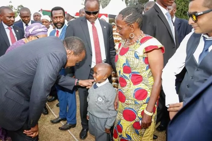 18 pictures showing Uhuru Kenyatta cares for children