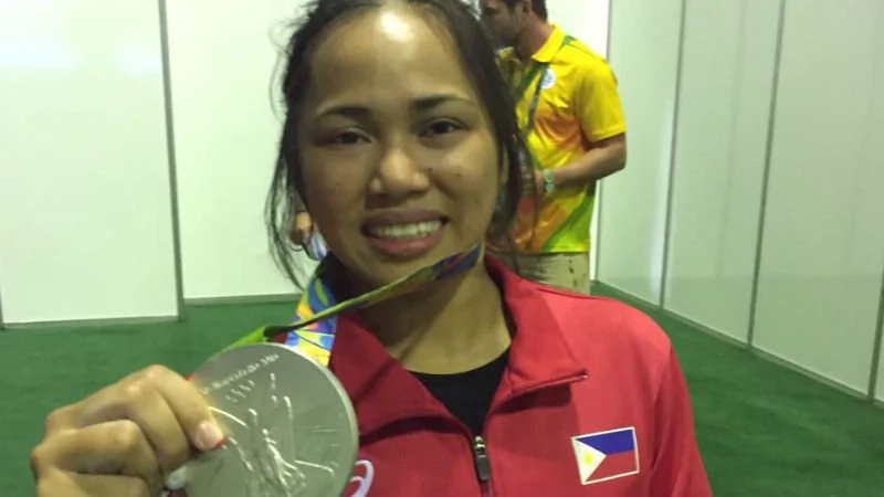 Hidilyn Diaz celebrates win with a slice of cheesy pizza