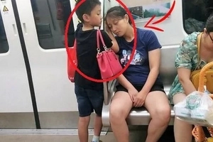 A photo about this kid went viral! His mother fell asleep on the subway. What her son did next was truly sweet!