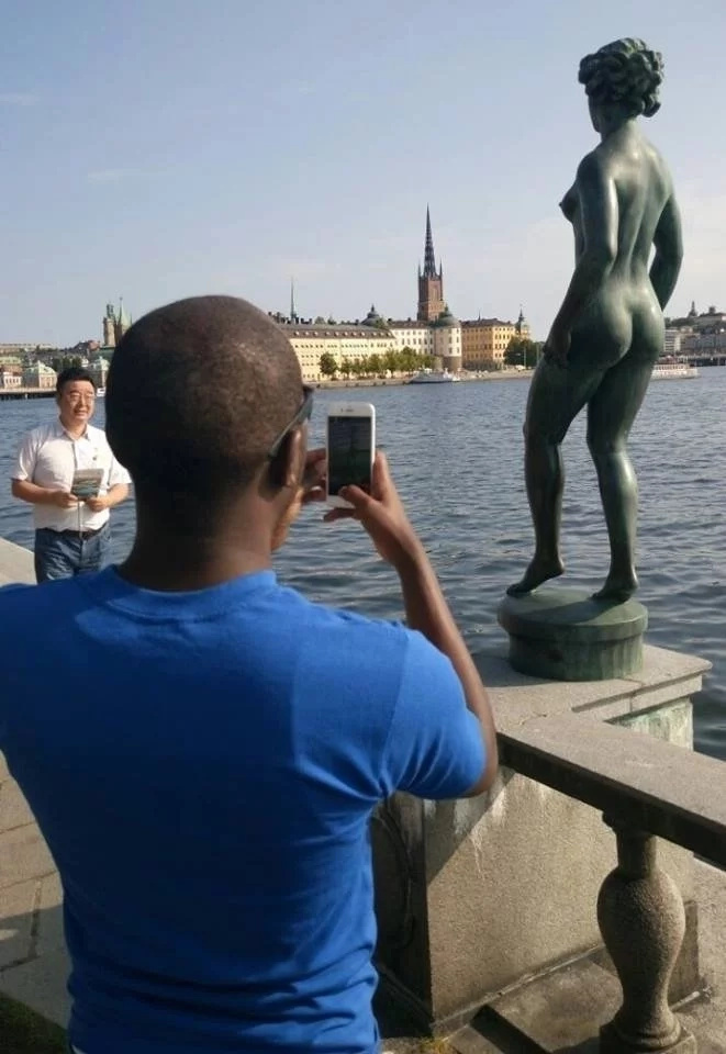 I am not your role model, Larry Madowo gets angry with his fans after photos with a nude statue