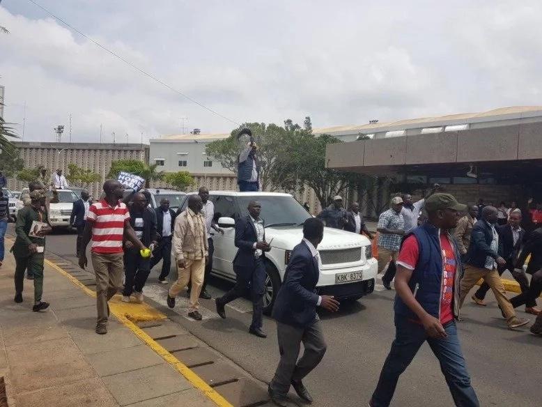 Shirika la Kenya Airways latangaza kuwa ujio wa Raila umeathiri shughuli za JKIA