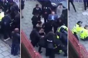 Cerca de 30 alumnos de una escuela fueron captados en video atacando a dos policías lanzando uno al suelo y golpeándolo repetidamente en la cabeza