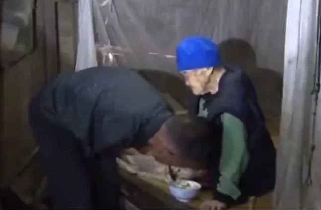 Armless man cares and feeds 90-year-old mother