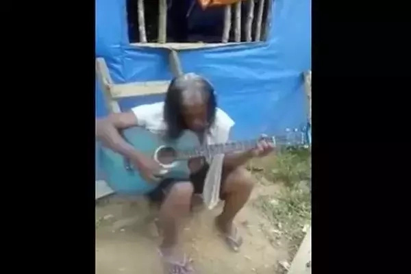 Netizens spotted a homeless singer who literally made everyone crying. Credits: Youtube