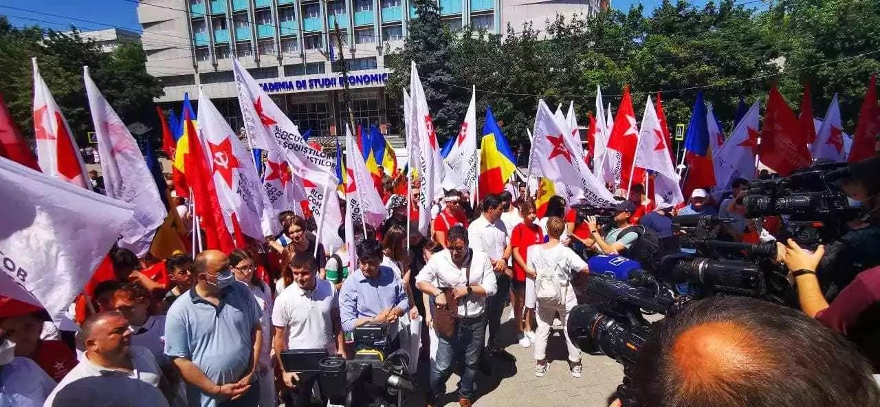 Câteva mii de cetățeni protestează la CSJ, împotriva închiderii secțiilor de vot pentru stânga Nistrului