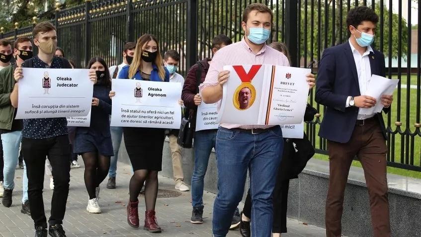 Tinerii PAS i-au transmis lui Dodon ordinul Gloria lenei