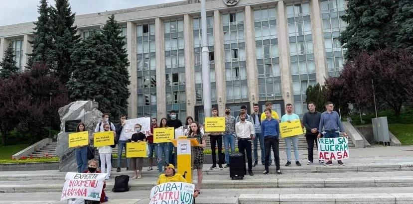 """Flashmob la Guvern: """"Hoții au lăsat tinerii cu buzunarele goale"""""""